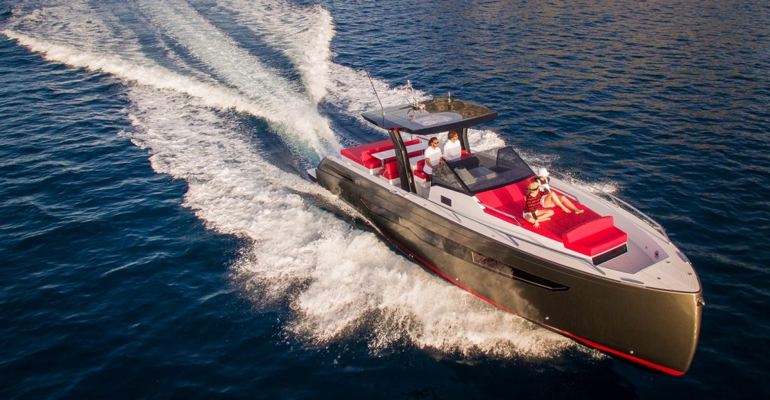 Tipo Fjord, Fiart 43 Seawalker, con un diseño impresionante y alta velocidad.